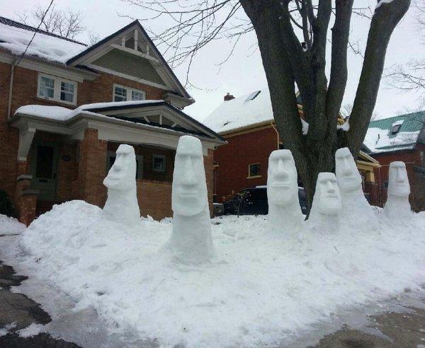 bonhommes de neige façon statues de l'îles de pâques