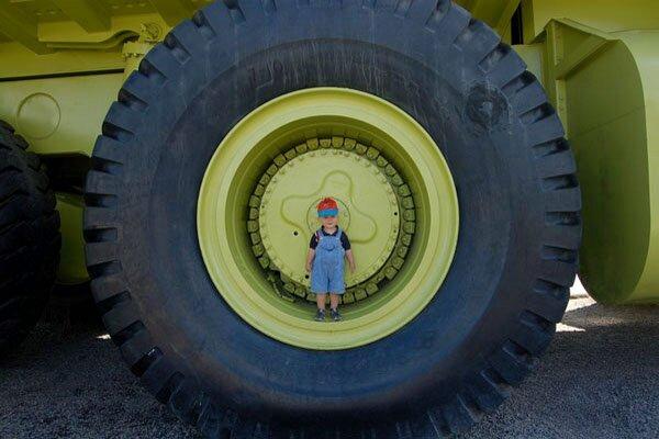 enfant dans une roue d'engin de travaux publics